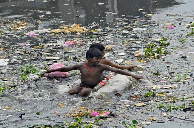 החיים בזבל. יותר מ-5 מיליון בני אדם שוחים בזבל של עצמם